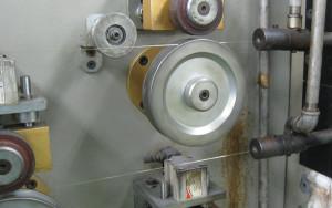 下から吸い込まれたプラチナ糸は高温で加熱されて分子の配列を整えられて上から出てきます。