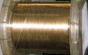 このような金線、プラチナ線の束はブランドやメーカーの注文が入ると素材を探してきて、次の工程(製鎖~せいさ~)になります。これだけの時間がかかっても、まだまだチェーン本来の形ま出来上がっていない状態です。