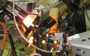 ドイツのメーカーを中心に最先端マシンを使って線になった貴金属をデザインに合わせて編むように加工していきます。