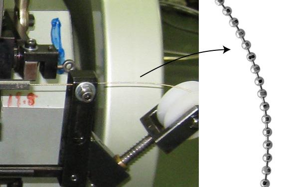 こちらはカットボールのデザインを作る機械、一粒一粒カタチが作られていきます。