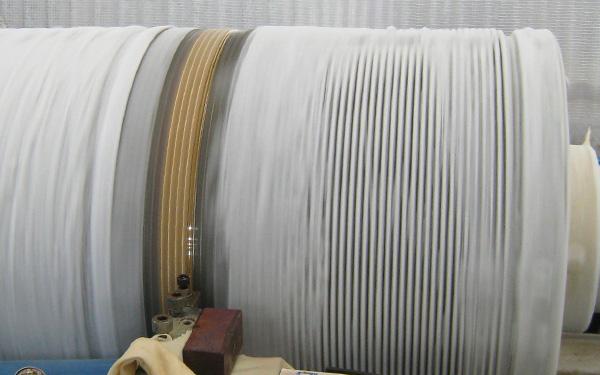 コンピュータ制御により表面をきれいに磨き上げ重さと大きさの調節をします。特に正確な重さを必要とする喜平チェーンはドラム状の冷凍装置に巻きつけてカッティングを行います。冷却しないと摩擦熱で正確な磨きができなくなってしまうようです。